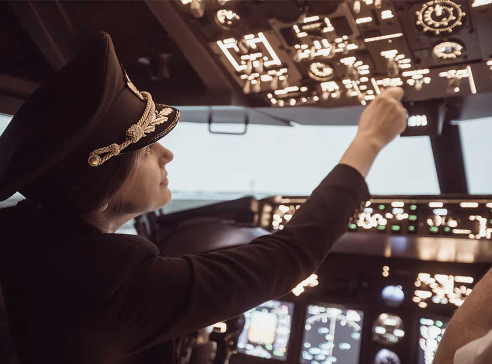 AIRLINE-PILOT-SHUTTERSTOCK-COCKPIT-AVIATRIX-FEMALE-CAPTAIN