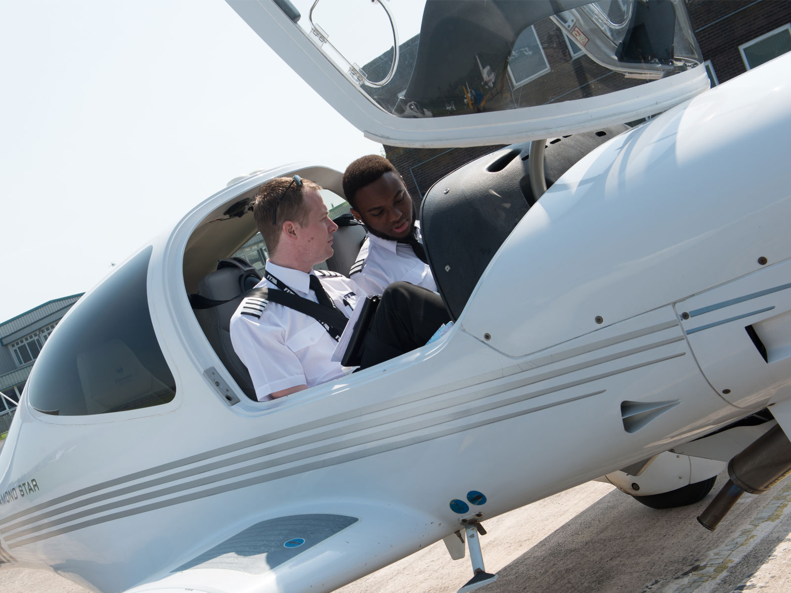 DA40_content_card_small_Instructor-student-james-1