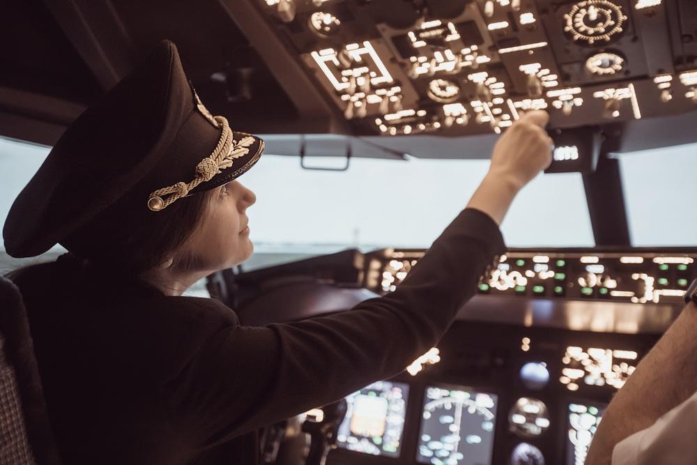 Female-pilot-cockpit.jpg
